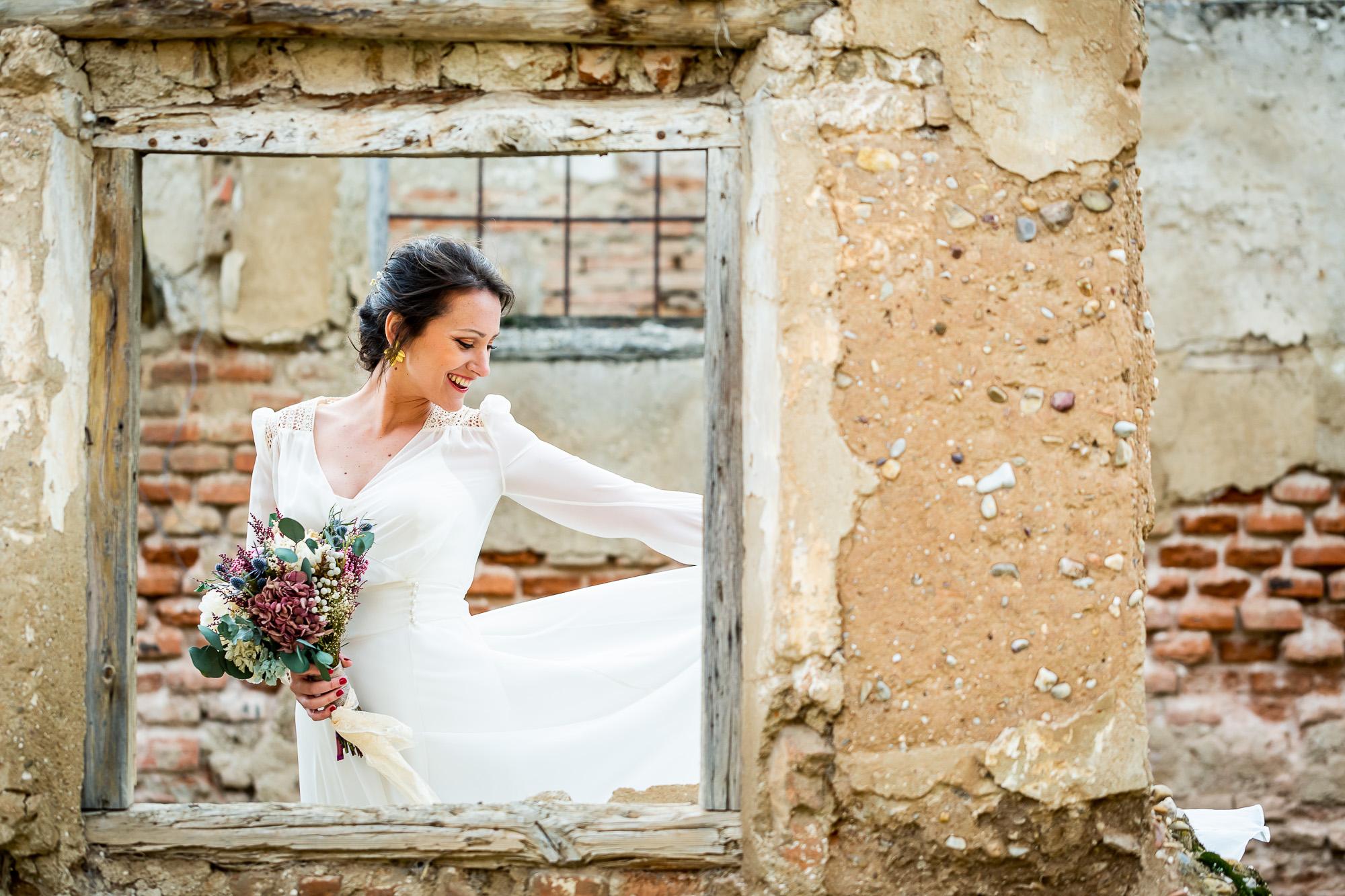 Novia romántica en las ruinas del Palacio de Aldovea