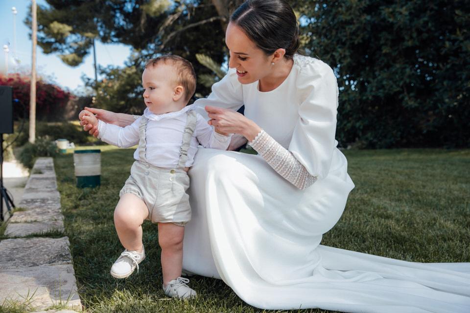 Novia disfrutando de su sobrino en día de su boda.